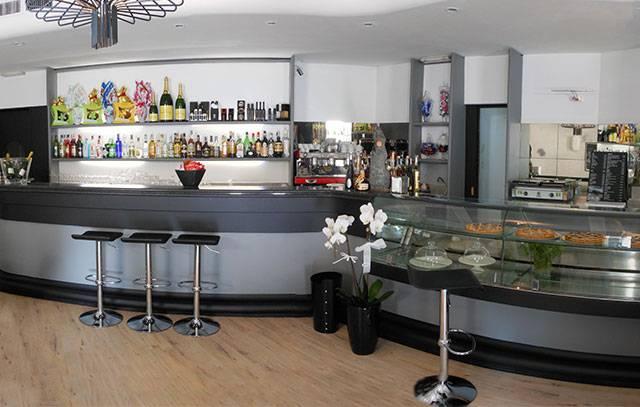 Il bancone del bar invecchia imprenditori pronti ad investire in attrezzature la casa fuori - Bancone bar per casa ...